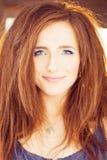 женщина красной весны портрета волос девушки способа принципиальной схемы модель способа счастливая Стоковые Фотографии RF