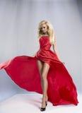 Женщина красоты белокурая в красном платье стоковая фотография rf