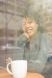 Женщина красоты в кафе Стоковое Изображение RF