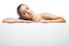 Женщина красоты лежа вниз изолированный на белизне Стоковая Фотография RF