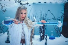 Женщина красоты зимы Красивая девушка фотомодели со стеклянными стилем причесок и макияжем склянок в лаборатории зимы Праздничный стоковая фотография rf
