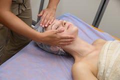 Женщина красоты имея косметический массаж стоковое фото rf