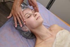 Женщина красоты имея косметический массаж стоковая фотография