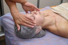 Женщина красоты имея косметический массаж стоковые изображения rf
