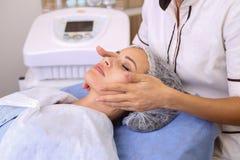 Женщина красоты имея косметический массаж стоковое изображение