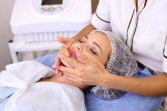 Женщина красоты имея косметический массаж стоковая фотография rf