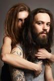 Женщина красоты и бородатый человек в объятиях Стоковое фото RF