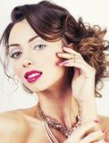 Женщина красоты молодая роскошная с украшениями, кольцами, ногтями закрывает вверх Стоковая Фотография RF
