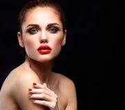 Женщина красоты модельная с длинными волосами Брайна волнистыми Здоровые волосы и красивый профессиональный состав Красные губы и стоковые фото