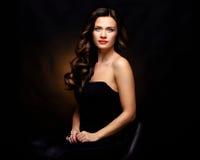 Женщина красоты модельная с длинными волосами Брайна волнистыми Здоровые волосы и красивый профессиональный состав Красные губы и стоковое изображение rf