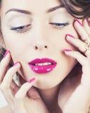 Женщина красоты молодая роскошная с украшениями, кольцами, ногтями закрывает вверх на белизне Стоковая Фотография
