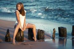 Женщина красоты на пляже Стоковые Фотографии RF