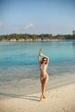 Женщина красоты пляжа здоровья курорта в swimwear бикини ослабляя и купать солнца около голубой лагуны Красивые мирные детеныши Стоковая Фотография RF