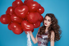 Женщина красоты сексуальная с красным днем рождения дня валентинок baloon сердца Стоковые Фотографии RF