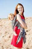 Женщина красоты с младенцем в слинге мама младенца Мать и ch Стоковые Фото