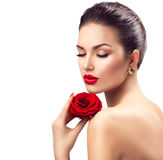 Женщина красоты с цветком красной розы Стоковые Изображения RF