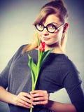Женщина красоты с цветком тюльпана Стоковое Изображение