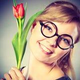 Женщина красоты с цветком тюльпана Стоковые Изображения