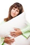 Женщина красоты усмехаясь держа подушку для остатков и сна Стоковая Фотография