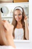 Женщина красоты чистя ее бровь щеткой стоковая фотография rf