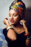 Женщина красоты яркая африканская с творческим составляет стоковое изображение rf