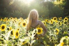 Женщина красоты sunlit на желтых свободе поля солнцецвета и концепции счастья Стоковые Изображения RF