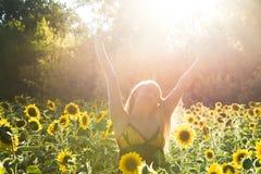 Женщина красоты sunlit на желтых свободе поля солнцецвета и концепции счастья Стоковое фото RF