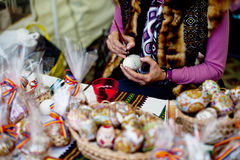Женщина крася пасхальные яйца Стоковое Фото