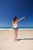 женщина краткостей джинсыов пляжа Стоковая Фотография