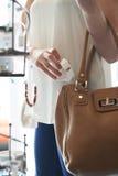 Женщина крадя украшения от магазина стоковые изображения rf