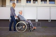 женщина кресло-коляскы путя Стоковые Фото