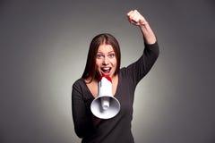 Женщина кричащая в громкоговорителе Стоковое Фото