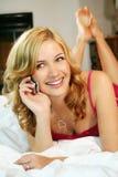 женщина кровати домашняя Стоковые Изображения