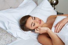 женщина кровати лежа Стоковые Изображения