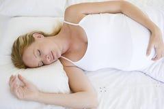 женщина кровати лежа супоросая стоковая фотография