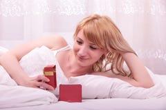 женщина кровати милая лежа Стоковые Изображения RF