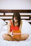 женщина кровати раскрывая присутствующая Стоковая Фотография