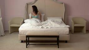 женщина кровати сидя сток-видео
