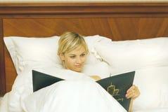 женщина кровати счастливая стоковые фотографии rf