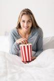 женщина кровати счастливая ослабляя стоковое изображение