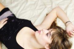 женщина кровати стоковое фото rf