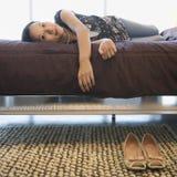 женщина кровати Стоковое Изображение