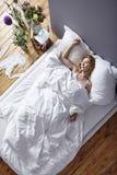 женщина кровати Стоковые Фотографии RF