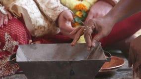 Женщина крупного плана местная делает ритуальные действия в баке камина