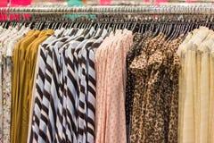 Женщина крупного плана одевает на вешалке в магазине одежды стоковое фото rf