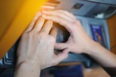 Женщина крупного плана покрывая кнопочную панель машины ATM с ее руками и отжимая ключ на машине ATM, деньги номера прессы руки о стоковое изображение