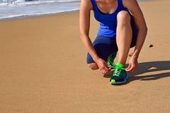 Женщина крупного плана идущих ботинок связывая шнурки ботинка Стоковое Фото