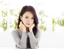 Женщина крупного плана усмехаясь молодая азиатская Стоковое Фото
