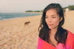 Женщина купая пляжа с портретом полотенца расслабляющим стоковые изображения rf