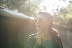 женщина курить сигареты Стоковое Фото